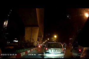 Cố tình 'thông chốt', xe máy tông ngã cảnh sát giao thông.