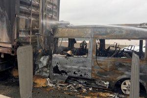 Hiện trường ôtô cháy rụi sau khi tông xe đầu kéo khiến 2 người chết