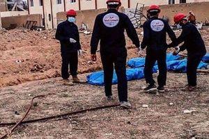 Hãi hùng hố chôn tập thể 360 binh sĩ Syria bị IS giết