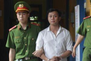 Vụ cướp giật 7 lần trả hồ sơ: Bị cáo tại ngoại bị bắt ngay tại tòa