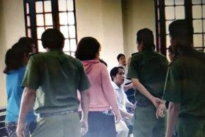 Tạm giữ 2 đối tượng hành hung kiểm sát viên và phóng viên tại tòa