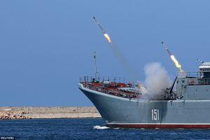 Xem hạm đội tàu chiến hùng hậu của Nga 'quần thảo' trên biển, bắn tên lửa đầy uy lực