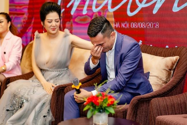Nhạc sĩ Tú Dưa bật khóc khi nhắc đến chuyện tình của bố mẹ trong MV Đinh Hiền Anh