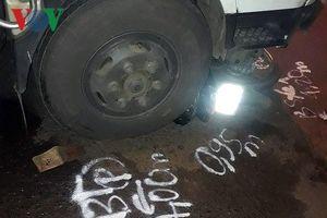 Xe máy bị cuốn vào gầm xe tải, 2 người chết, 1 bị thương nặng