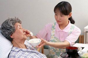 Bận mướt mải công việc, con cái lên mạng tuyển người chăm sóc cha mẹ ốm liệt giường