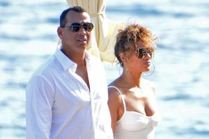 Jennifer Lopez căng đầy sức sống, quấn quýt bồ trẻ như hình với bóng