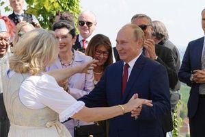 Hé lộ món quà đặc biệt của ông Putin mang tới đám cưới Ngoại trưởng Áo