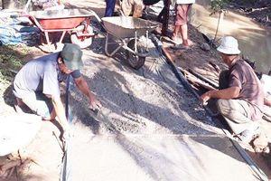 Nhóm từ thiện giúp dân làm đường, xây cầu