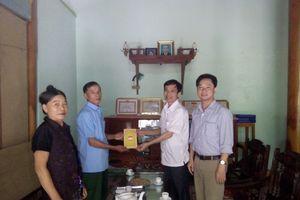 Thăm, tặng quà cho già làng, người uy tín trong đồng bào dân tộc thiểu số