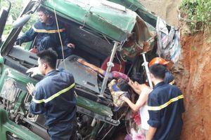Cưa cabin cứu tài xế xe 'Hổ vồ' mắc kẹt sau tai nạn
