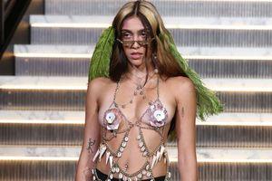 Con gái Madonna khoe ngực trần trên sàn catwalk