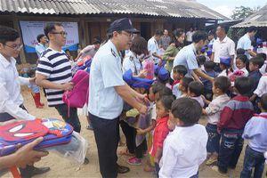 Hải quan Nghệ An phối hợp tiếp sức đến trường cho các em vùng cao