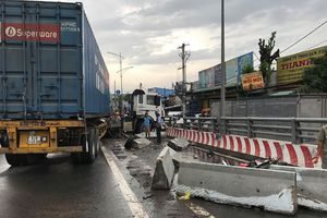 Container tông lật xe tải trên cầu vượt, giao thông qua quốc lộ 1A tê liệt