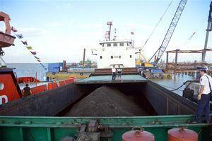 Cảnh sát biển tạm giữ 2.500 tấn than không rõ nguồn gốc