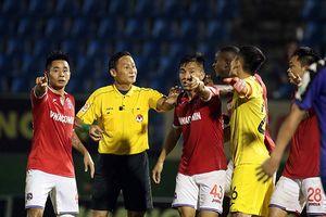 Nghch lý V-League: Khi U23 Vit Nam xây, trng tài... i phá!
