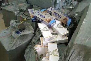 Lái xe bỏ chạy, để lại phương tiện cùng gần 12.000 bao thuốc lá lậu