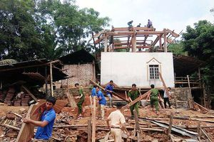 Thanh niên giúp dân vùng cao tháo g nhà  phòng bão lt