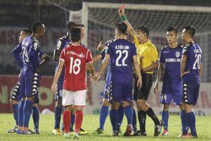 Quên phạt thẻ đỏ và màn 'bẻ còi' có 1-0-2 của trọng tài Trần Văn Lập ở V.League