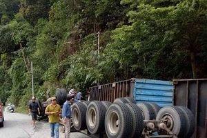 Lâm Đồng: Xe container lao vào vách núi trên đèo Bảo Lộc