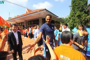 Danh thủ Lescott giao lưu với hàng trăm em nhỏ làng trẻ SOS tại Việt Nam