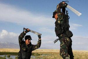 Kỳ lạ vũ khí 'giắt lưng' cả trăm tuổi của đặc nhiệm Trung Quốc