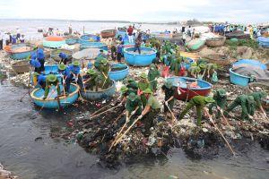 Hơn 400 người gom rác, làm sạch biển Bình Thuận