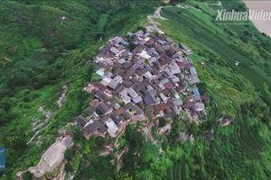 Nín thở ngắm ngôi làng Trung Quốc xây trên một tảng đá cuội khổng lồ