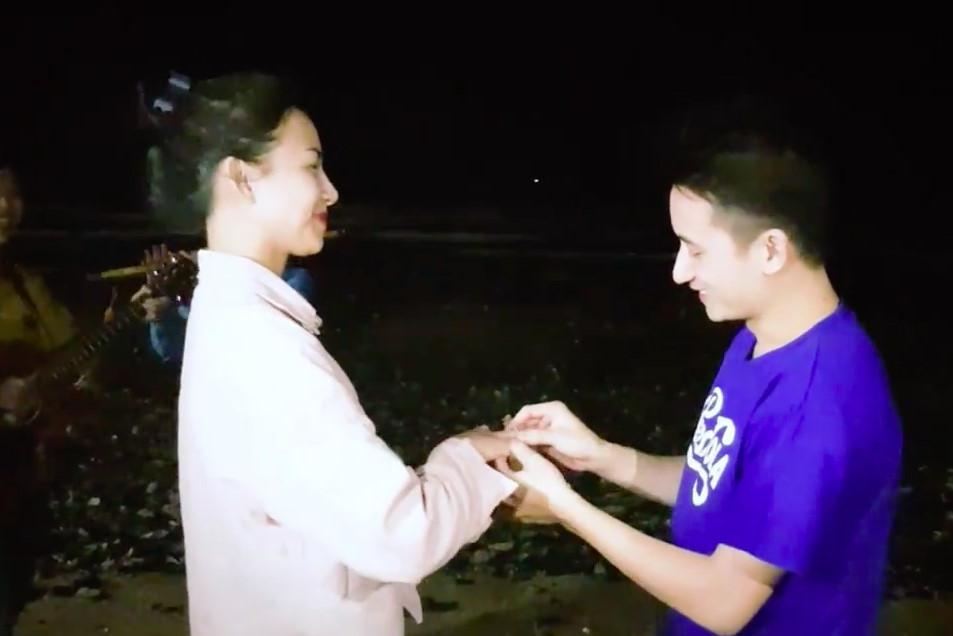 Phan Mạnh Quỳnh cầu hôn thành công bạn gái hot girl