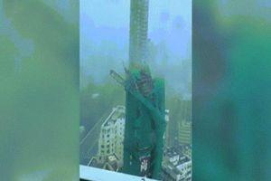 Video siêu bão Mangkhut quật gãy thang máy 22 tầng ở Hồng Kông
