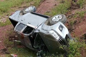 Lật xe bán tải, 4 người thương vong