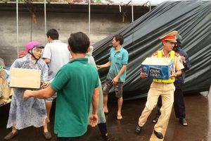 Cảnh sát giao thông giúp gom hàng tấn nước ngọt đổ ra đường