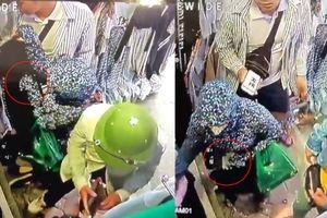 Thanh niên bị người phụ nữ 'ninja' móc túi ngay trước mặt mà không biết