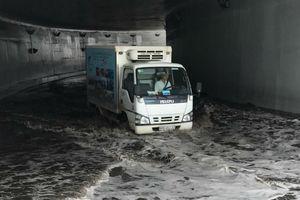 Hầm chui lớn nhất Sài Gòn ngập nặng, giao thông tê liệt trong cơn mưa chiều