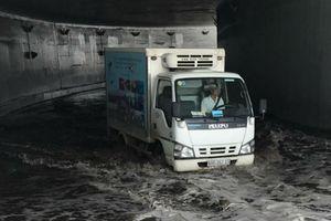 TP.HCM: Hầm chui Mỹ Thủy ngập nặng sau trận mưa, giao thông tê liệt