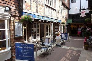 Hai người bị bệnh sau khi dùng bữa tại nhà hàng ở Salisbury (Anh)