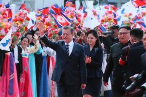 Cái ôm nồng ấm của hai nhà lãnh đạo mở ra hy vọng trên bán đảo Triều Tiên