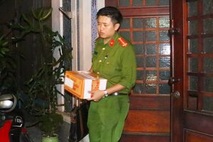 Công an mang hộp tài liệu rời nhà cựu Chánh văn phòng Thành ủy Đà Nẵng