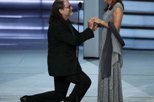 Đạo diễn gây sốc khi cầu hôn bạn gái tại lễ trao giải