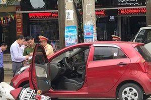 Tài xế ô tô mở cửa bất cẩn, nữ sinh đi xe máy oan gia