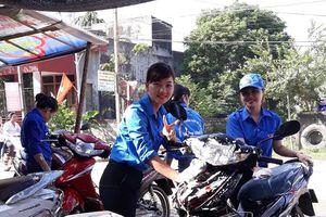 Nữ giáo viên rửa xe gây quỹ tổ chức Trung thu cho trẻ em nghèo