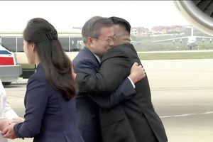 Ông Kim Jong Un và vợ xuất hiện tại sân bay đón Tổng thống Hàn Quốc Moon Jae In