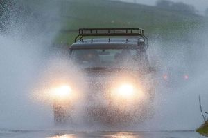 Cần chú ý những gì khi lái xe trong mưa bão?