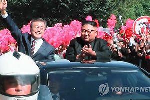 Hai ông Moon - Kim đi xe mui trần, vẫy chào 'biển người' Triều Tiên