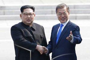 Ông Kim Jong-un cùng người dân Triều Tiên cờ hoa tưng bừng chào đón Tổng thống Hàn Quốc