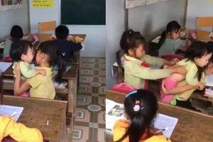Xót xa bé gái vùng cao vừa viết chữ vừa chăm em khóc ngằn ngặt giữa lớp học
