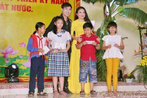 Ca sĩ Nguyên Vũ cùng nhiều nghệ sĩ Việt mang trung thu đến với trẻ em nghèo