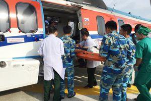 Trực thăng đưa ngư dân gặp nạn ở Trường Sa vào đất liền điều trị