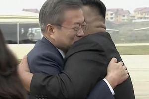 Lãnh đạo Kim Jong-un và Tổng thống Moon Jae-in ôm nhau nồng hậu ở sân bay