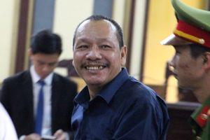 Bị cáo làm thất thoát hơn 56 tỷ cười tươi ở tòa