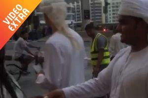 Đại gia Dubai hào phóng, phát tiền triệu cho người đi đường